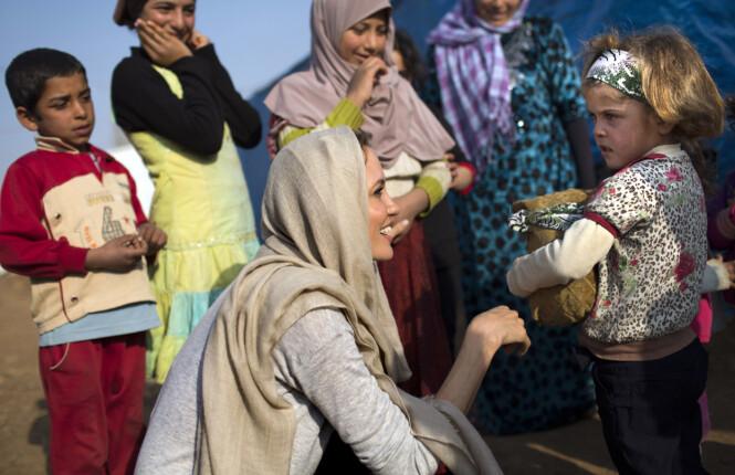 VIL ADOPTERE: Angelina Jolie har engasjert seg i humanitært arbeid for FN i en årrekke. Under et av besøkene sine i Midtøsten skal stjernen ha blitt svært glad i noen syriske, foreldreløse barn. Her er Jolie fotografert i Zahle i Libanon i februar 2014, der hun møtte unge flyktninger fra borgerkrigherjede Syria. Foto: Ap
