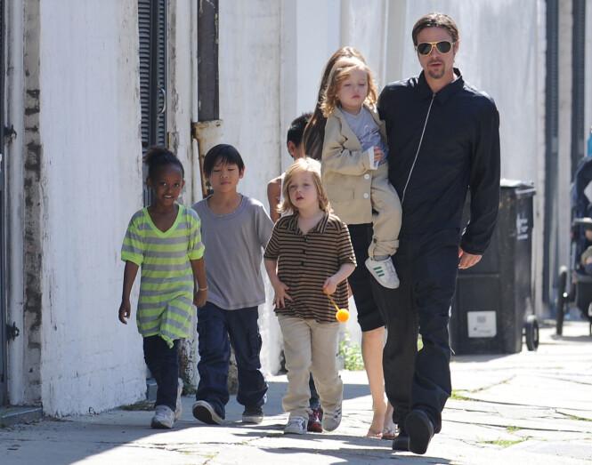 MED BARNA: Her er Brad Pitt sammen med barna i 2011. Foto: Polaris