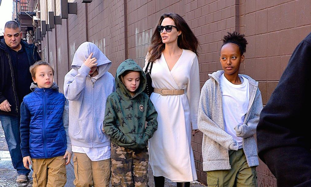 VIL ADOPTERE: Ifølge kilder har Angelina Jolie tatt opp et gammelt ønske om å adoptere et barn fra Syria. Her sammen med fire av hennes totalt seks barn. Foto: NTB Scanpix