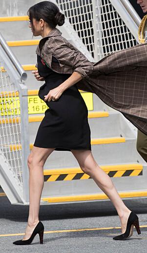 TATT AV VINDEN: Da Harry og Meghan landet i New Zealand valgte hertuginnen «den lille svarte». Foto: NTB Scanpix