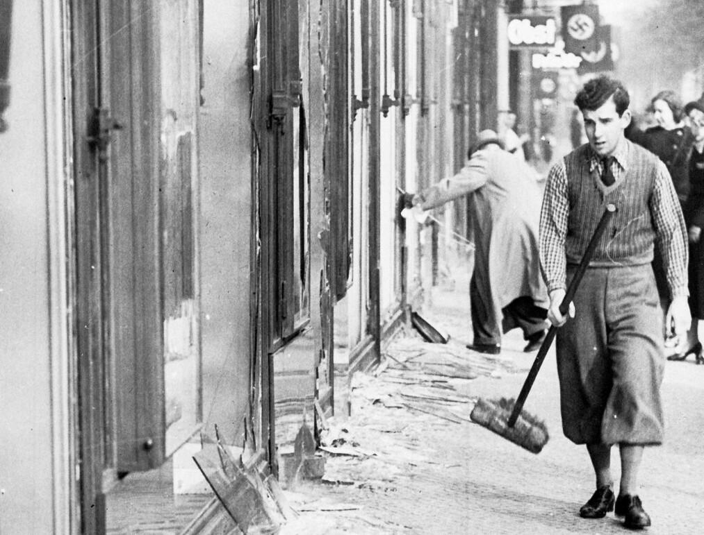 <strong>80 ÅR SIDEN:</strong> Krystallnatten 1938. Nazipøblene hadde herjet, angrepet jøder, ramponert og brent synagoger som her i Berlin. Foto: NTB Scanpix