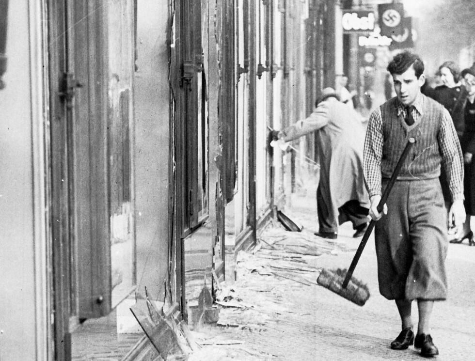 80 ÅR SIDEN: Krystallnatten 1938. Nazipøblene hadde herjet, angrepet jøder, ramponert og brent synagoger som her i Berlin. Foto: NTB Scanpix