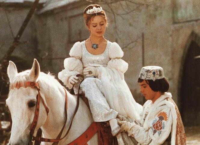 <strong>DRØMMEPAR:</strong> Askepott ble spilt av den da 19 år gamle tsjekkiske skjønnheten Libuse Safrankova. De utrolig detaljerte kostymene er én av grunnene til at vi digger den tradisjonsrike filmen! FOTO: NRK