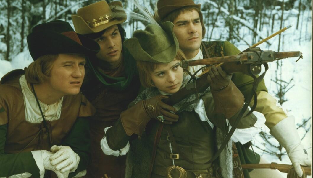 GUTTEJENTE: I én av nøttene som Askepott får av kusken Vincek befinner det seg jaktklær, og Askepott legger ut på jakt med prinsene og hans kompiser. Askepott viser attitude, og vinner selvfølgelig både hovedpremien (som er en gigantisk ring) og prinsens hjerte. FOTO: NRK