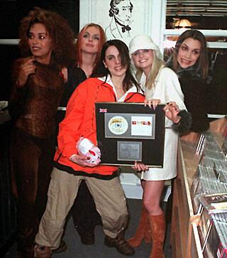 SUPERHITS: Spice Girls fotografert i 1996, da de slo gjennom med låta Wannabe. Foto: NTB scanpix