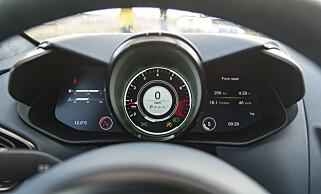 KULT: Foran deg har du et heldigitalt instrumentpanel med turteller, speedometer og gir som hovedfokus. På venstre og høyre side ser du kjøremodus. Her Track på støtdemping og sport på drivverk. Foto: Jamieson Pothecary