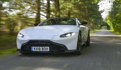 <strong>ENKEL:</strong> Det var på tide at Aston Martin gjorde noen grep, når til og med Ford begynte å etterligne grillen deres. Dette er noe helt annet, men man har klart å beholde sin spesielle signatur. Regn med å se den i mange farger. Foto: Jamieson Pothecary