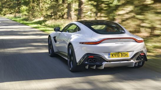 <strong>ACTION PACK:</strong> Med Vantage beviser Aston Martin at de kan lage morsomme og potente biler. Her oser det mer racing enn posørbil. Foto: Jamieson Pothecary