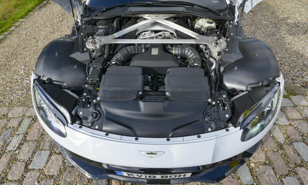 TILBAKETRUKKET: Der er for det meste kjøling og filtre på forsiden av støtdempertårnene. Motoren ligger tilbaketrukket for å sikre 50/50 vektfordeling. Foto: Jamieson Pothecary