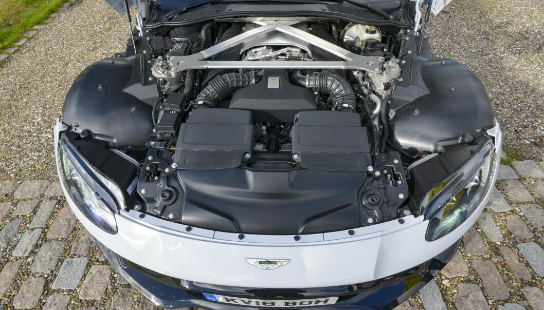 <strong>TILBAKETRUKKET:</strong> Der er for det meste kjøling og filtre på forsiden av støtdempertårnene. Motoren ligger tilbaketrukket for å sikre 50/50 vektfordeling. Foto: Jamieson Pothecary