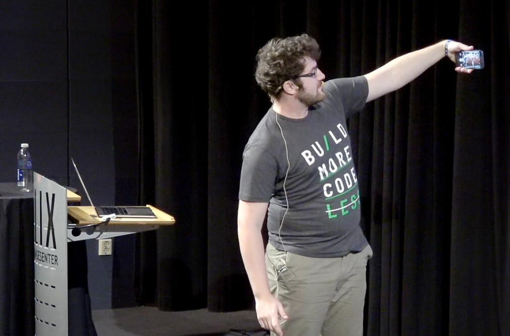 Zan Markan i Pusher tar en aldri så liten selfie før han begynner foredraget sitt om mobilvarsler under årets Mobile Era-konferanse. 📸: Mobile Era 2018