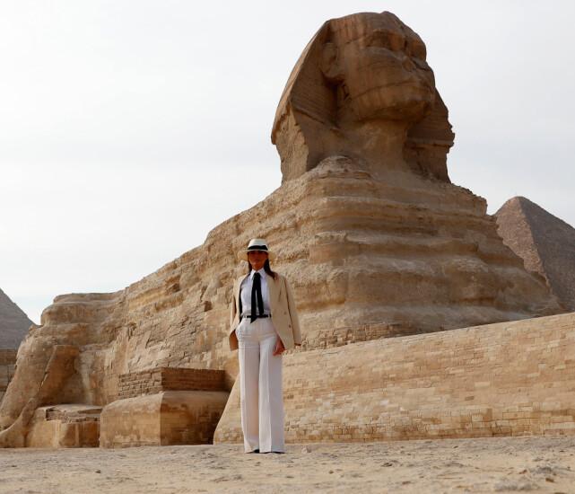 SJOKKREGNING: Melania Trump brukte nesten 800 000 kroner av skattebetalernes penger på seks timer i Kairo. Her poserer førstedamen ved sfinksen. Foto: NTB scanpix
