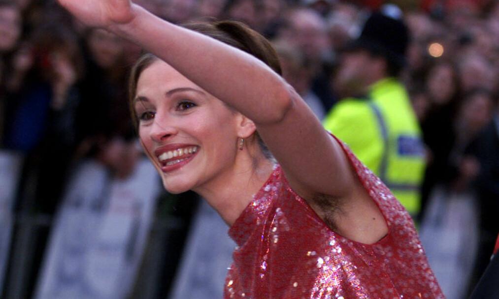 BLE HYLLET: I 1999 vekket Hollywood-stjernen Julia Roberts oppsikt da hun møtte opp på rød løper med hår under armene. I et nytt intervju forklarer hun at det hele egentlig var en kjoletabbe. Foto: NTB scanpix