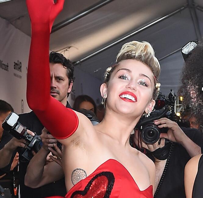 HÅRETE ARMHULER: Popstjernen Miley Cyrus på rød løper i New York i 2015, med hår under armene. Foto: Splash News/ NTB scanpix