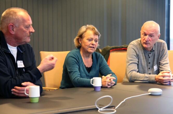 HODEBRY: Frode, Randi og Geir diskuterer med Google Home. Foto: Camilla Hjelmeseth