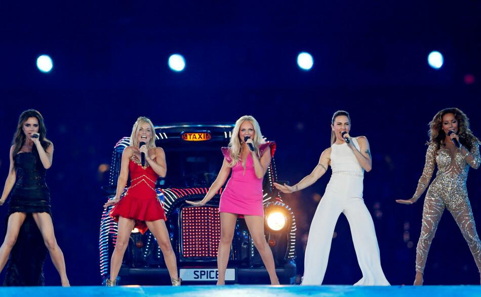 FIRE AV FEM SAMLES IGJEN: I 2012 stod Spice Girls sist sammen på scenen. Dette var under avslutningsseremonien under sommer OL i London. Foto: NTB Scanpix