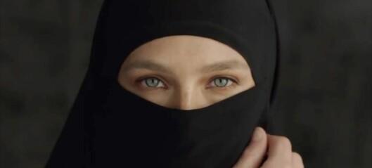 Supermodellen i hardt vær etter denne reklamefilmen: - Uvitende og rasistisk