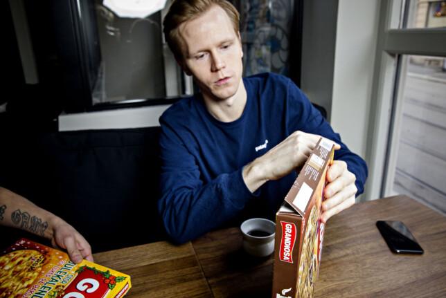 BRUKER FINGRENE: Kokk Fredrik Hettervik bruker fingrene for å åpne frossenpizzaesker. Foto: Nina Hansen