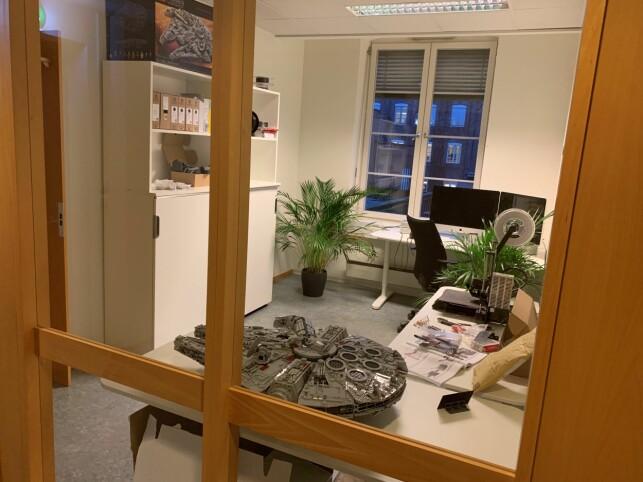 Kontoret til Kåre Blakstad har plass til en gigantisk Lego-Millennium Falcon. 📸: Privat