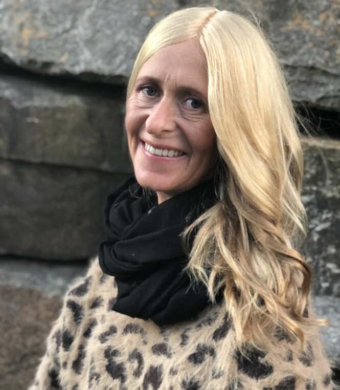<strong>SVÆRT NATURTRO:</strong> Anne Tindeland Lie får mye skryt av håret sitt. – Den eneste forskjellen mellom mitt hår og andres, er at jeg vasker det uten at det er på hodet, sier hun med et smil. FOTO: Apollo Hårsenter