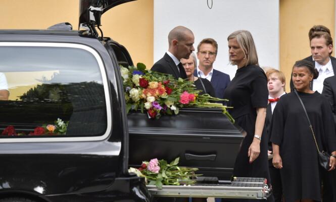 SÅRT: Michael Nyqvists enke, Catharina Nyqvist Ehrnrooth, sto ved mannens kiste helt til den ble kjørt bort. Bildet er tatt i fjor sommer, i skuespillerens begravelse. Foto: NTB scanpix