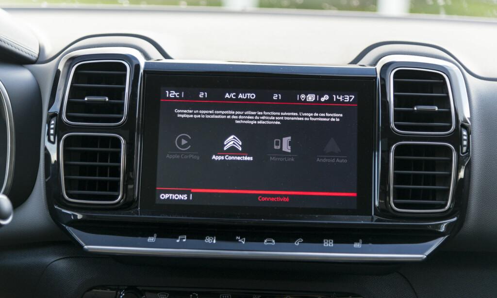 ALT DIGITALT: Interiøret har leken og utradisjonell design, med mindre du er vant med Citroën fra før. Linjer og materialvalg gjør at man får et streif av luksusfølelse. Det er få knapper i dashbordet. Det meste styres nemlig fra skjermen. Det er mange menyer under innstillinger, men mange av de har få valg under seg. Radioens kanal- og favorittliste betjenes forholdsvis enkelt fra rattet. Foto: Jamieson Pothecary