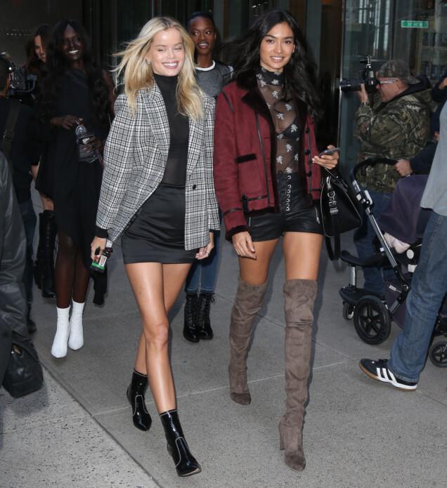 GLEDER SEG: Frida Aasen og Kelly Gale avbildet utenfor Victoria's Secrets kontorer i New York i forkant av årets visning. Foto: Splash News/ NTB scanpix