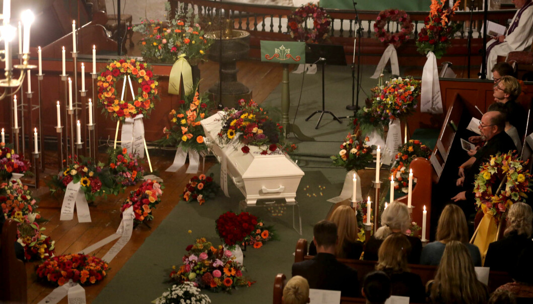 <strong>BLOMSTERHAV:</strong> Mange vakre kranser og blomsteroppsatser med fargerike blomster pryder Skedsmo kirke under bisettelsne torsdag ettermiddag. Foto: Morten Eik