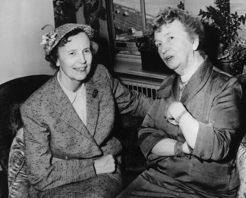I NEW YORK: Kvinnerettighetsaktivisten Margaret Sanger (til høyre) og Elise Ottesen-Jensen snakker sammen under et møte i regi av The International Planned Parenthood Federation (IPPF) i New York. Foto: AP Photo/NTB scanpix