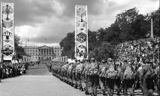 JUBEL: Bildet er tatt på «Hjemmefrontens dag» under fredsdagene i 1945. Et kompani soldater marsjerer opp Karl Johans gate mot Slottet. Foto: NTB / Scanpix.