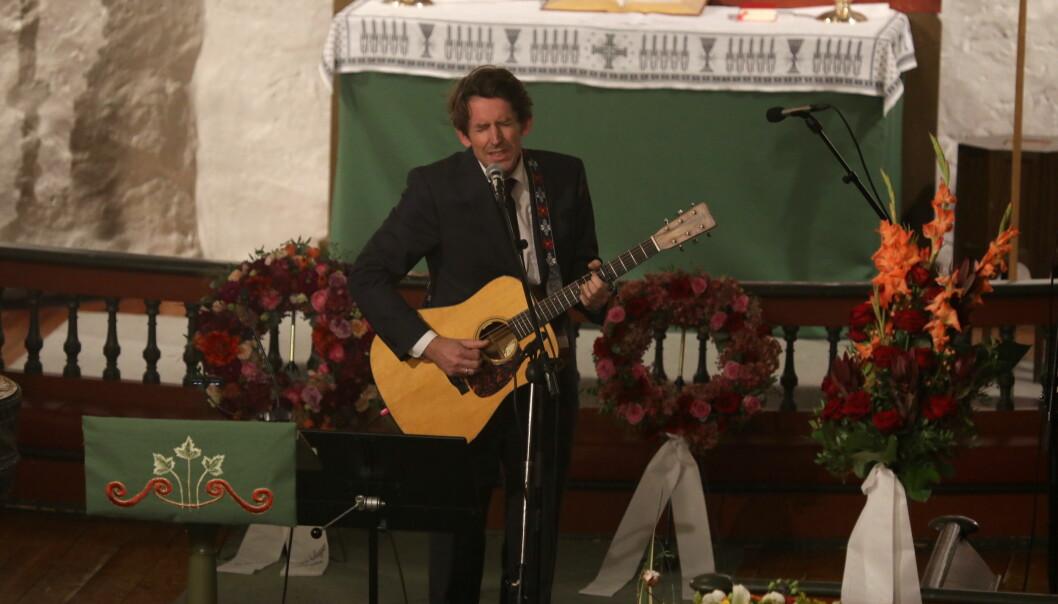 <strong>RØRENDE:</strong> Den folkekjære artisten opptrådte med innlevelse da han sang til Vera Micaelsen. Foto: Morten Eik