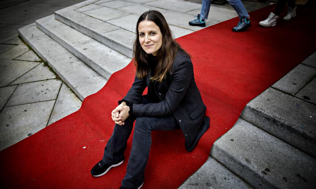 SNAKKER UT: Stina Hofgaard Røsjø sitter på den røde løperen som hun aldri fikk gå på så mye som idrettstalentet tilsa. Nå forteller hun hvorfor hun ga seg 24 år gammel og hva norsk idrett kan lære av hennes sak. Foto: Nina Hansen / Dagbladet