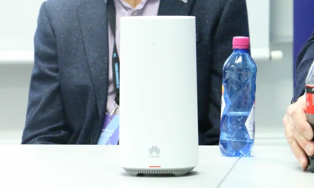 5G-RUTER: Slik er Telenors 5G-ruter. Som du ser er det kinesiske Huawei som er produsenten. Foto: Martin Kynningsrud Størbu