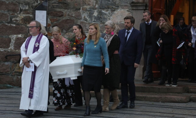 PREGET: Here, the coffin is performed in the church. Photo: Morten Eik