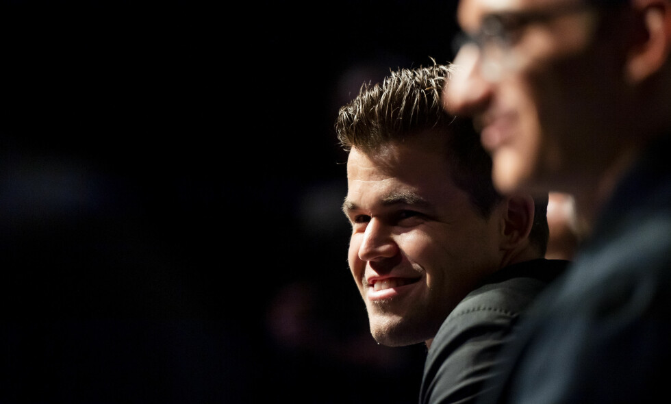 I STORFORM: Magnus Carlsen skapte latter blant pressen gjentatte ganger dagen før sjakk-VM. Foto: Ben Stansall / AFP / NTB Scanpix
