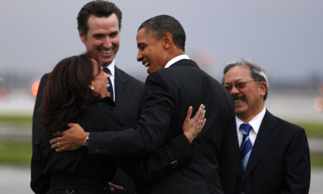 KLAPP OG KLEM: Barack Obama får en varm velkomst av blant andre Kamala Harris i San Francisco i februar 2011. Foto: Reuters/ NTB scanpix