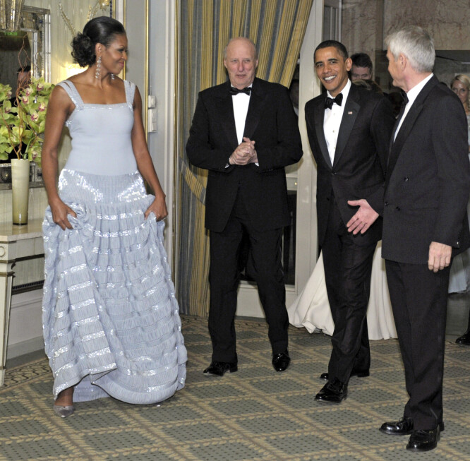 NORGESBESØK: Allerede det første året han var president, fikk Barack Obama Nobels fredspris. Michelle var selvsagt med til Norge. Her er ekteparet sammen med kong Harald og Thorbjørn Jagland. Foto: NTB scanpix