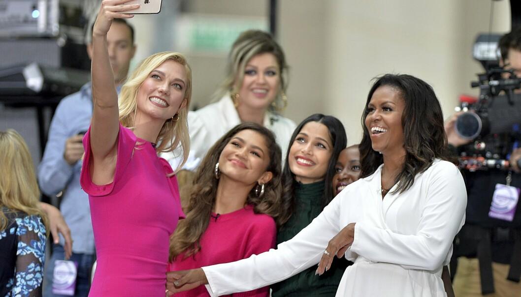STJERNELAG: Michelle har møtt mange stjerner de siste årene. Her er hun med Karlie Kloss (26), Zendaya Coleman (22), Freida Pinto (34) og Kelly Clarkson (36). Foto: Rex Features/ NTB scanpix