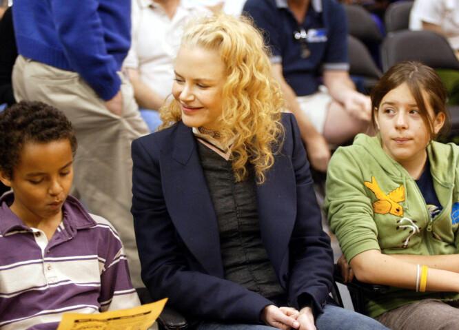 MED MAMMA: Det finnes få bilder av Nicole Kidman og barna Isabella og Conner. Her er de sammen på en Lakers-kamp i Los Angeles i 2004. Foto: NTB Scanpix