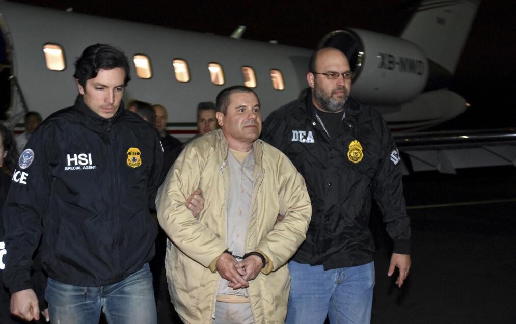 <strong>NEKTES KLEM:</strong> 19. januar 2017 landet El Chapo i USA, etter å ha blitt utlevert fra Mexico. Mandag startet rettssaken mot ham, der han må nøye seg uten klem fra kona. Foto: U.S. law enforcement via AP / NTB scanpix