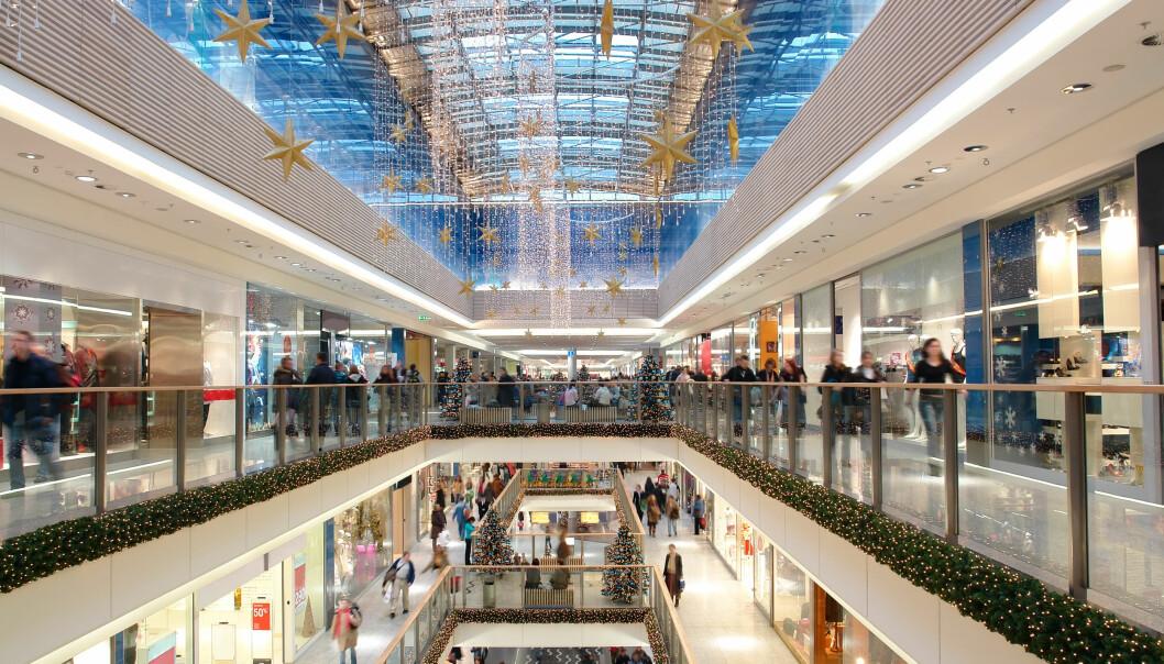 <strong>HANDLEFEST:</strong> Mange butikker og kjøpesentre har åpent søndagene før jul og på julaften. Som ansatt er det viktig at du vet om rettighetene dine. Foto: Shutterstock/NTB Scanpix.