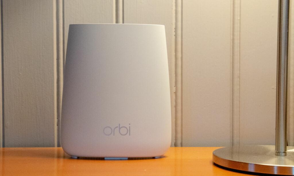 NETGEAR ORBI RBK23: Orbi-ruteren er så stilren at den ikke trenger å gjemmes vekk. Foto: Martin Kynningsrud Størbu