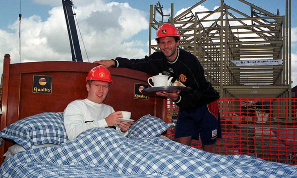 Manchester United ble etter hvert veldig opptatt av spillernes søvn. Her er det Paul Scholes og Ryan Giggs som stiller villig opp foran kamera i glansdagene. Foto: Getty/FourFourTwo