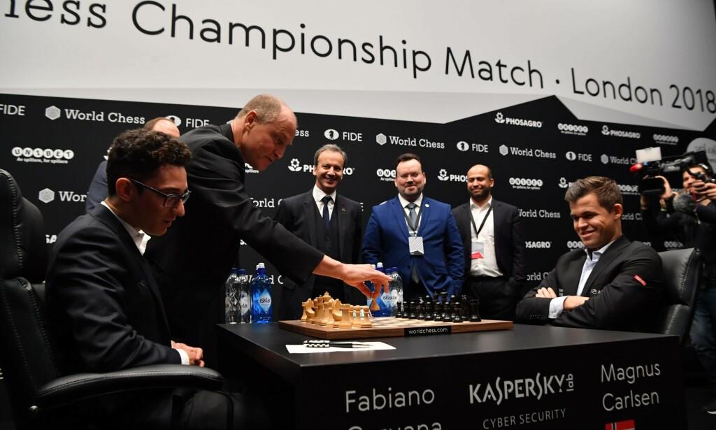 NERVØS?: Woody Harrelsons åpning av sjakk-VM medførte et par problemer for Fabiano Caruana. Foto: Ben Stansall / AFP / NTB Scanpix