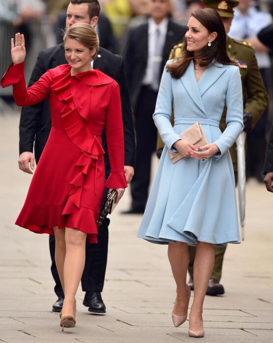 ULIKE SITUASJONER: Mens Stephanie fortsatt er barnløs, har hertuginne Kate (t.h.) fått tre barn. Her under et besøk i Luxembourg i 2017. Foto: NTB scanpix