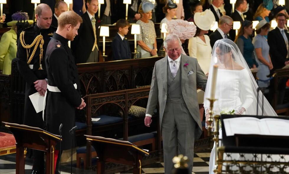 RØRENDE ØYEBLIKK: Prins Charles fikk det ærefulle oppdraget i å følge sin blivende svigerdatter til alters da hun giftet seg med prins Harry i mai. Nå forteller prins Harry hvordan faren reagerte da han spurte om tjenesten. Foto: NTB scanpix