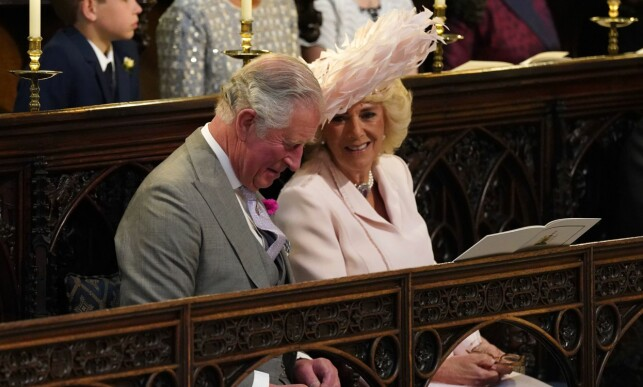 STOLTE: Både prins Charles og hans kone, hertuginne Camilla, var i godt humør i prins Harry og hertuginne Meghans bryllup. Det var trolig en stor dag for dem. Foto: NTB scanpix
