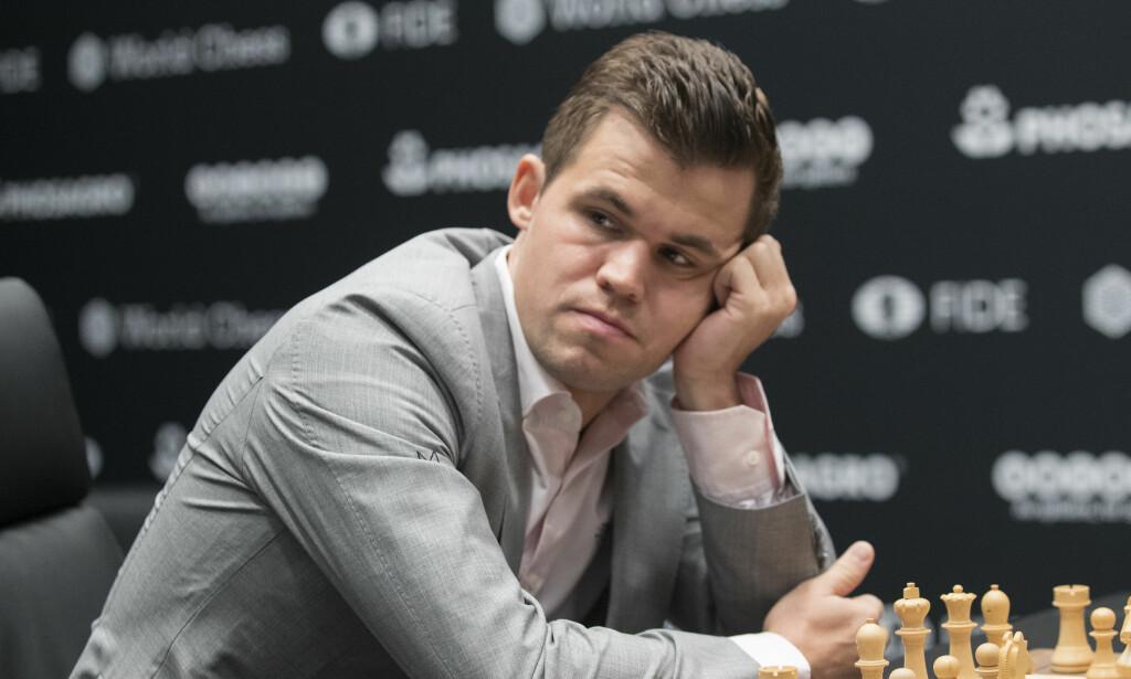 JEVN ÅPNING: Magnus Carlsen og Fabiano Caruana står med ett poeng hver etter to partier i sjakk-VM. Foto: Terje Bendiksby / NTB scanpix