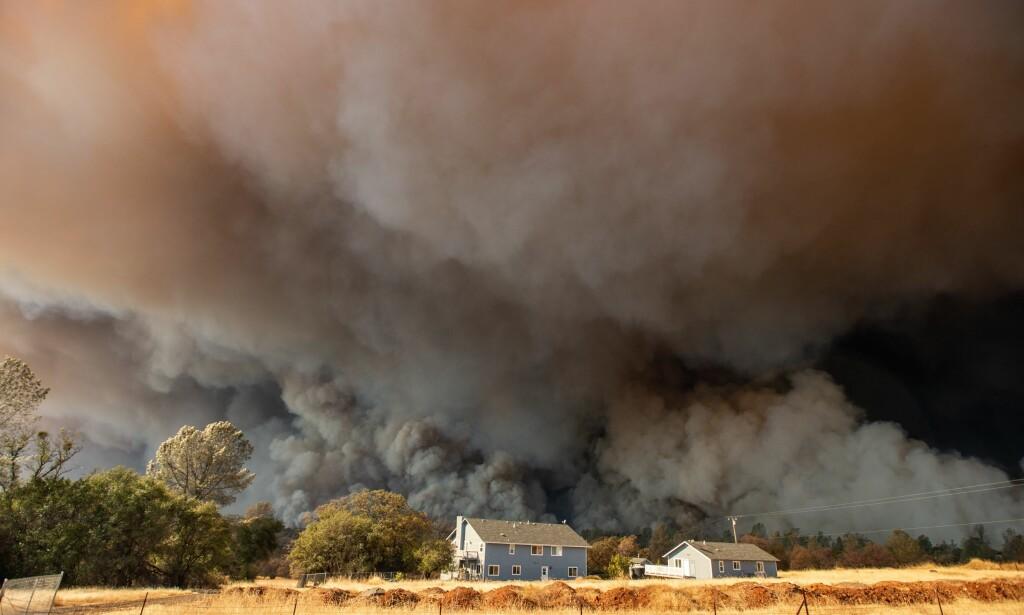 DA BRANNEN KOM: Her er brannen på vei gjennom Paradise fredag. Foto: AFP Photo / NTB Scanpix