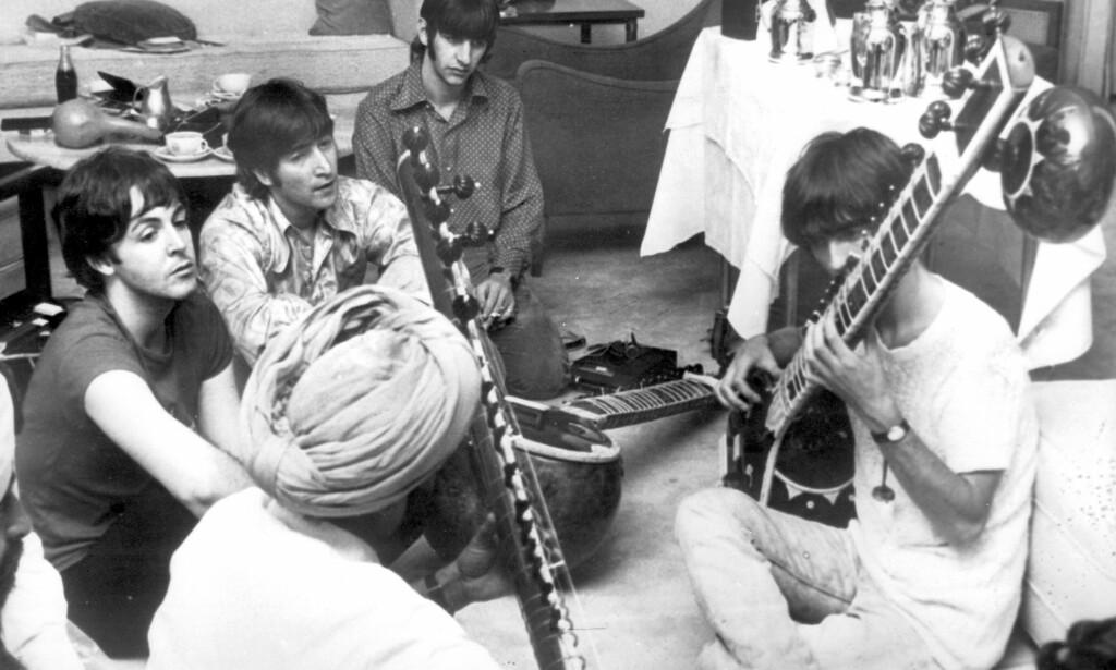 PÅ TRENINGSLEIR I 1966: I disse dager er det straks 50 år siden The Beatles kom med det smått geniale THE WHITE ALBUM der mange av tekstene og mye av musikken var preget av bandets åndelige chartertur til India. Bildet viser de fire fra en tidligere tur i 1966 der George Harrison er på sitarskole sammen med de tre andre vennene. Foto: NTB Scanpix.